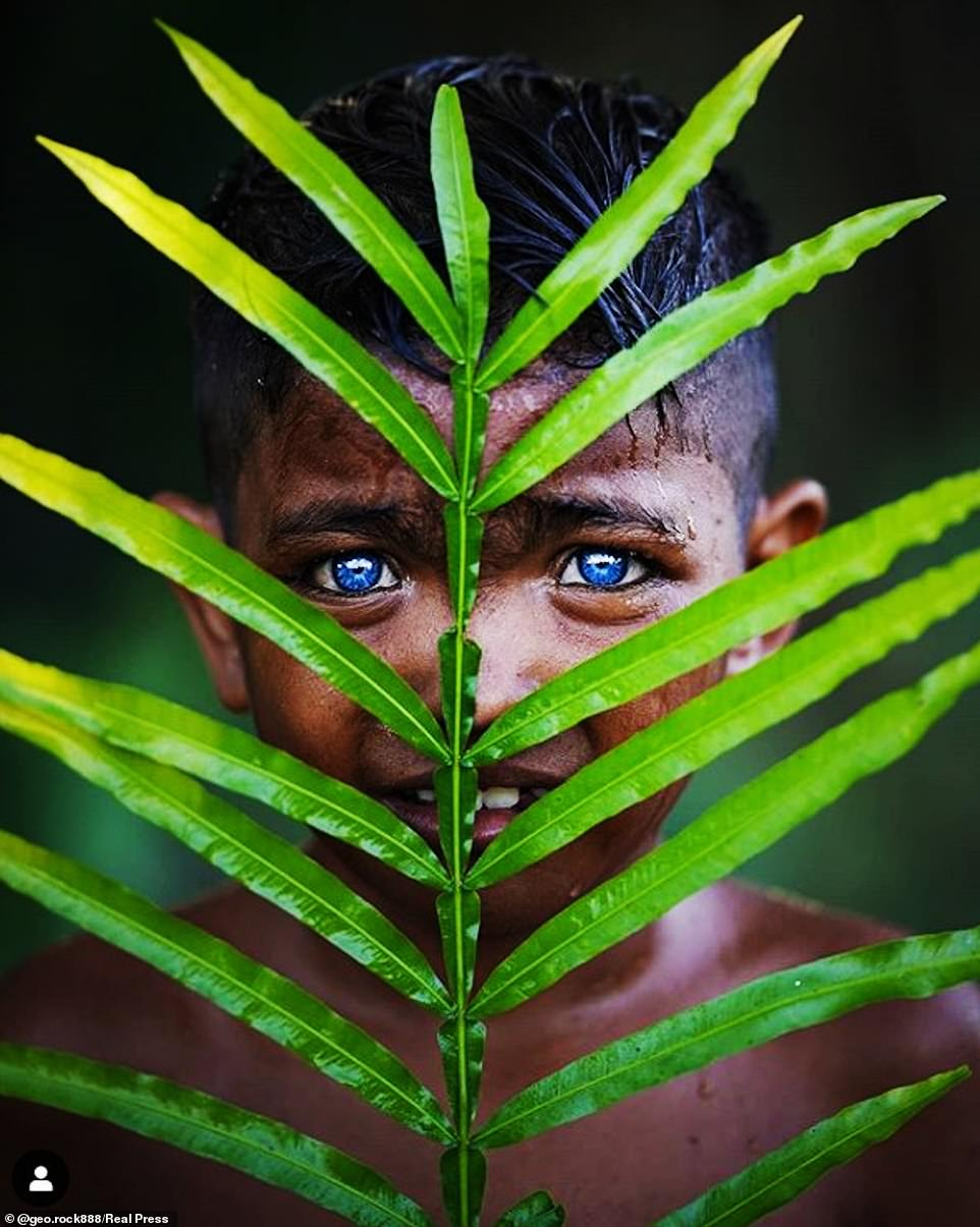 La tribu indonesia  de ojos azules con rasgos penetrantes debido a una casualidad genética